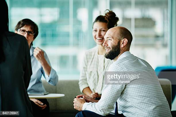businessman in discussion with colleagues - konzepte und themen stock-fotos und bilder
