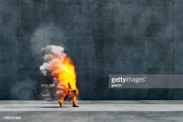 zakenman in vlammen lopen op straat - onwetendheid stockfoto's en -beelden