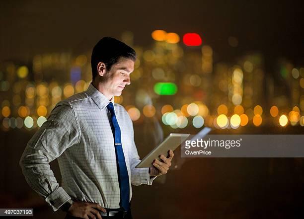 Geschäftsmann vor der skyline von Hongkong