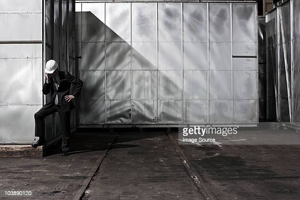 Homme d'affaires dans le chapeau dur en cage