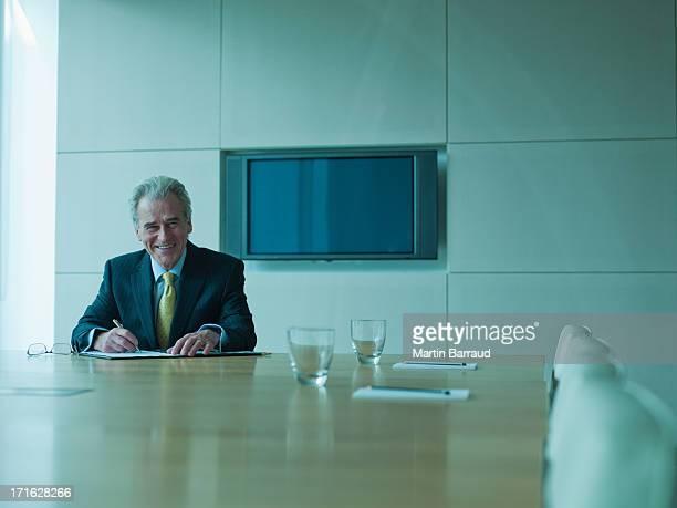 ビジネスマンオフィスでのコンファレンスルーム