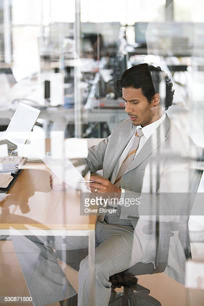 businessman in office - oliver eltinger stock-fotos und bilder