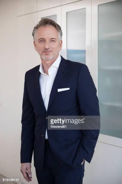 businessman in office - handen in de zakken stockfoto's en -beelden