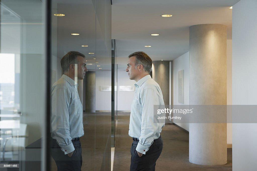 Businessman in office, side view : Stock-Foto
