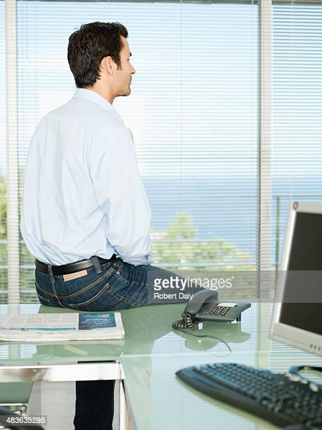 ビジネスマンオフィスで休憩