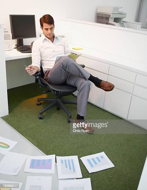Homme d'affaires au bureau avec les tableaux de l'étage