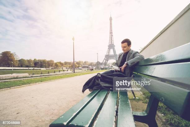 Homme d'affaires à Paris, lisant un livre, Tour Eiffel