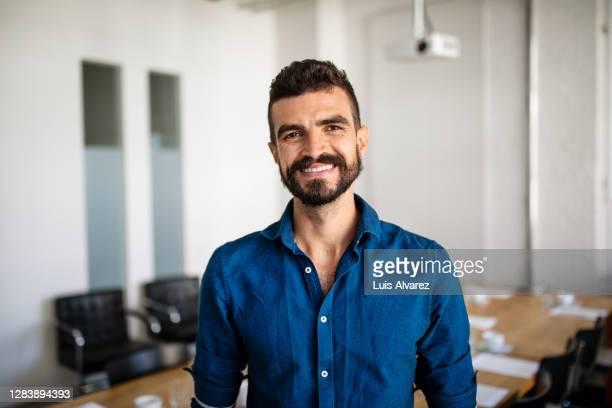 businessman in startup office board room - 25 30 anos - fotografias e filmes do acervo