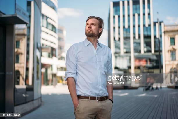 businessman in the city looking around - 白いシャツ ストックフォトと画像