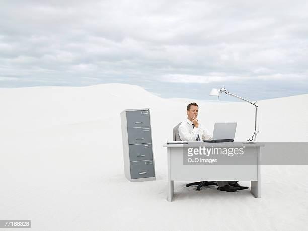 Um empresário no meio do nada na sua secretária