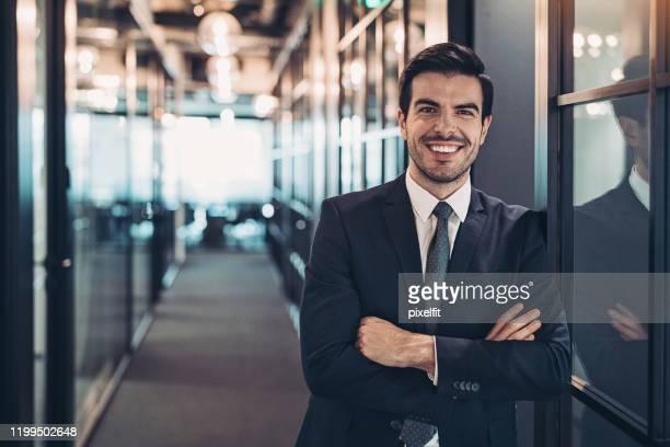 zakenman in de kantoorgebouw corridor - businessman stockfoto's en -beelden