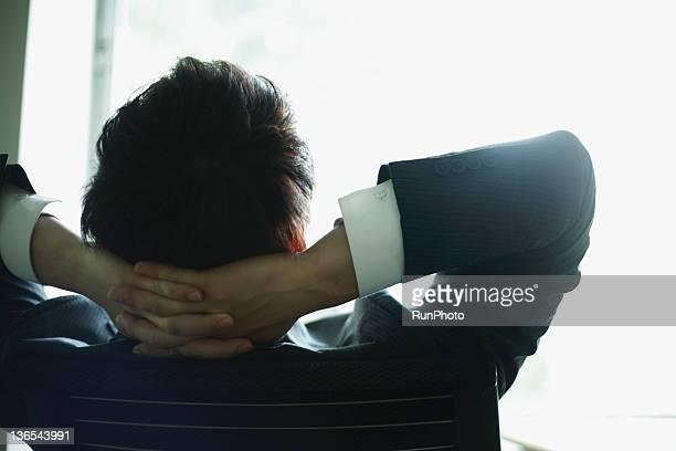 businessman in the office - hände hinter dem kopf stock-fotos und bilder