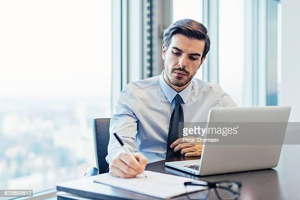 Empresário no escritório