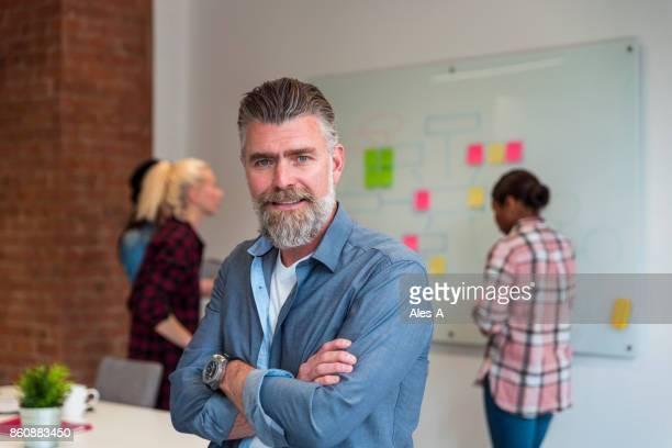 ビジネスマンオフィスで - エグゼクティブディレクター ストックフォトと画像