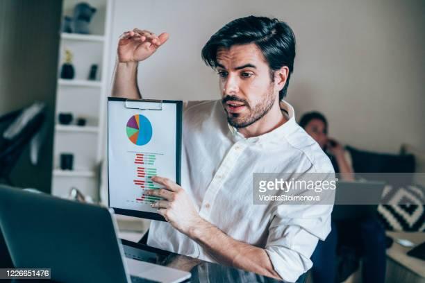 zakenman in videoconferentie. - tonen stockfoto's en -beelden