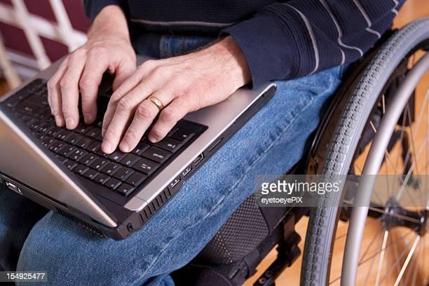 Homme d'affaires avec ordinateur en fauteuil roulant (série