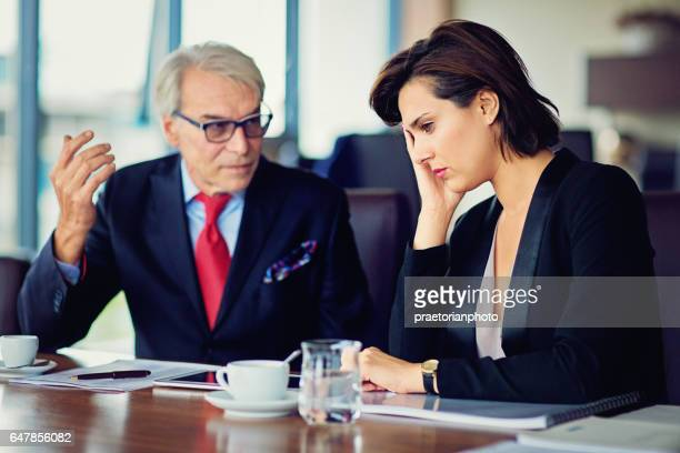 Geschäftsmann beleidigt seine Sekretärin