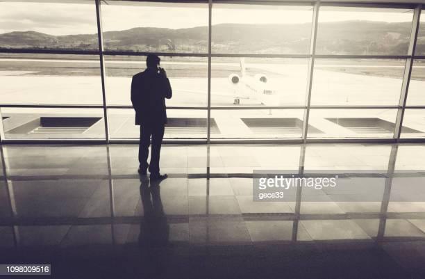 Hombre de negocios está esperando en el aeropuerto