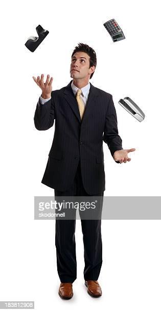Homme d'affaires à jongler fournitures de bureau