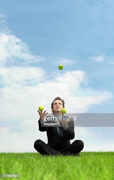 Homme d'affaires à jongler avec des pommes