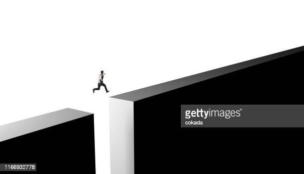 homem de negócios que salta dos obstáculos da vida - superar as dificuldades - fotografias e filmes do acervo