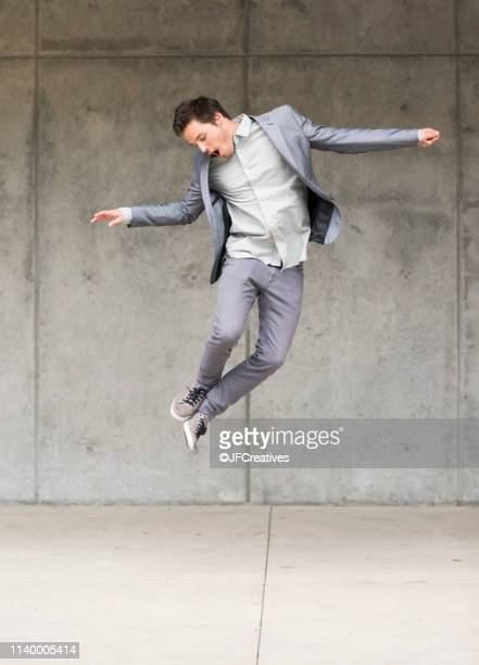 businessman jumping mid air - in de lucht zwevend stockfoto's en -beelden