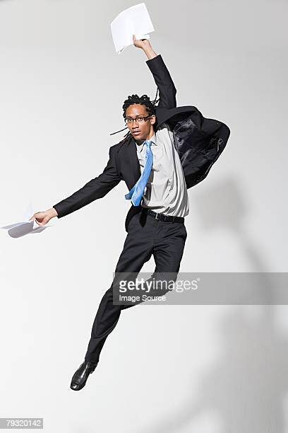 Ein Geschäftsmann springen