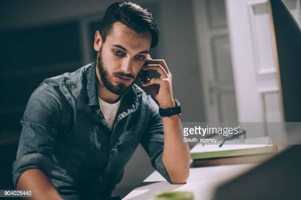 Geschäftsmann spät in die Nacht im Büro
