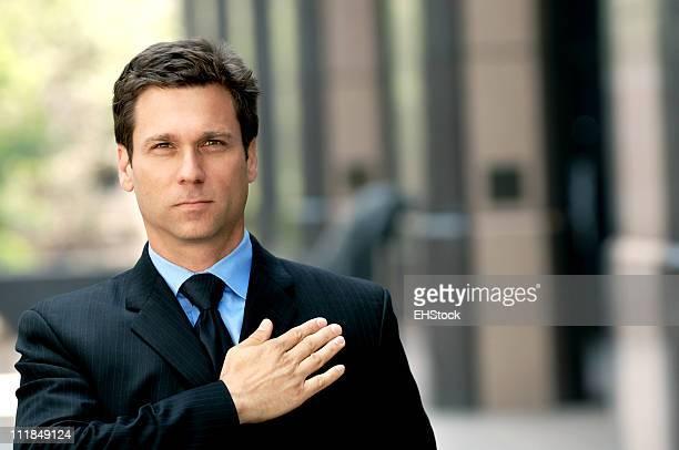 Empresário advogado com Mão no Coração