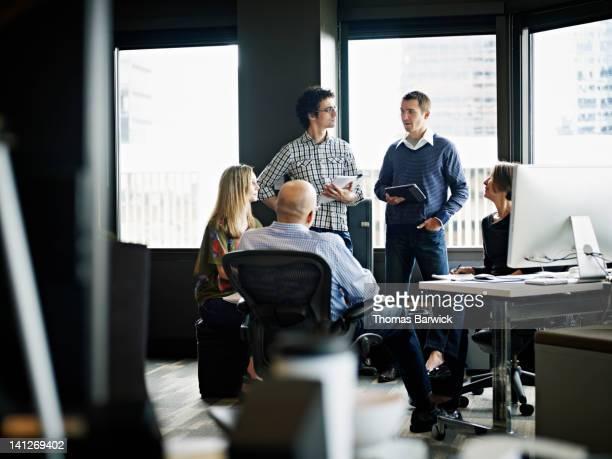 businessman leading discussion in office - selective focus photos et images de collection