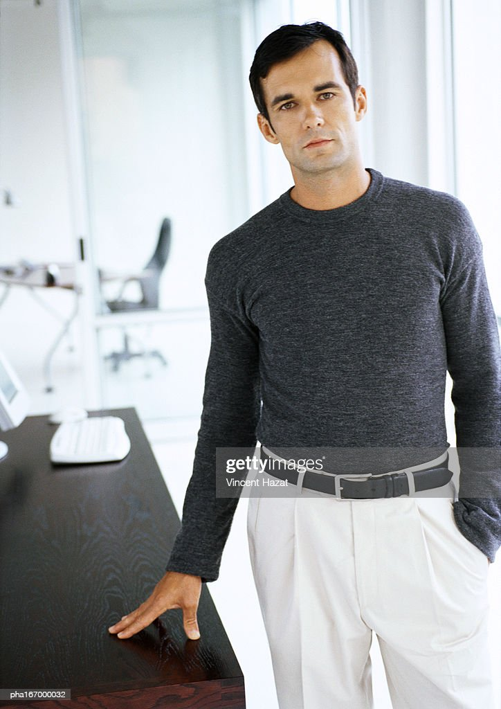 Businessman leaning hand on table : Stockfoto