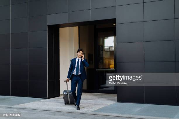 businessman leaving on business trip - giacca da abito foto e immagini stock