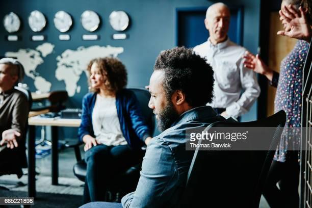 businessman listening during team meeting in office - negócios internacionais - fotografias e filmes do acervo