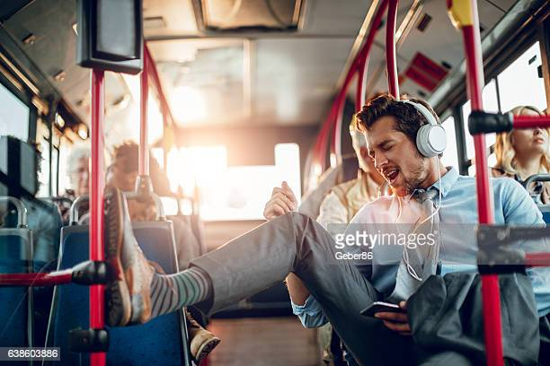 businessman listening to music - opstand stockfoto's en -beelden