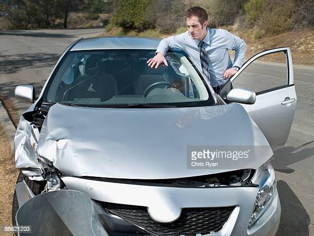 homme d'affaires à la recherche de voiture accident dommage - accident de voiture photos et images de collection
