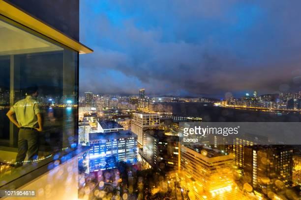 empresário, olhando a cena noturna de cidade - looking at view - fotografias e filmes do acervo