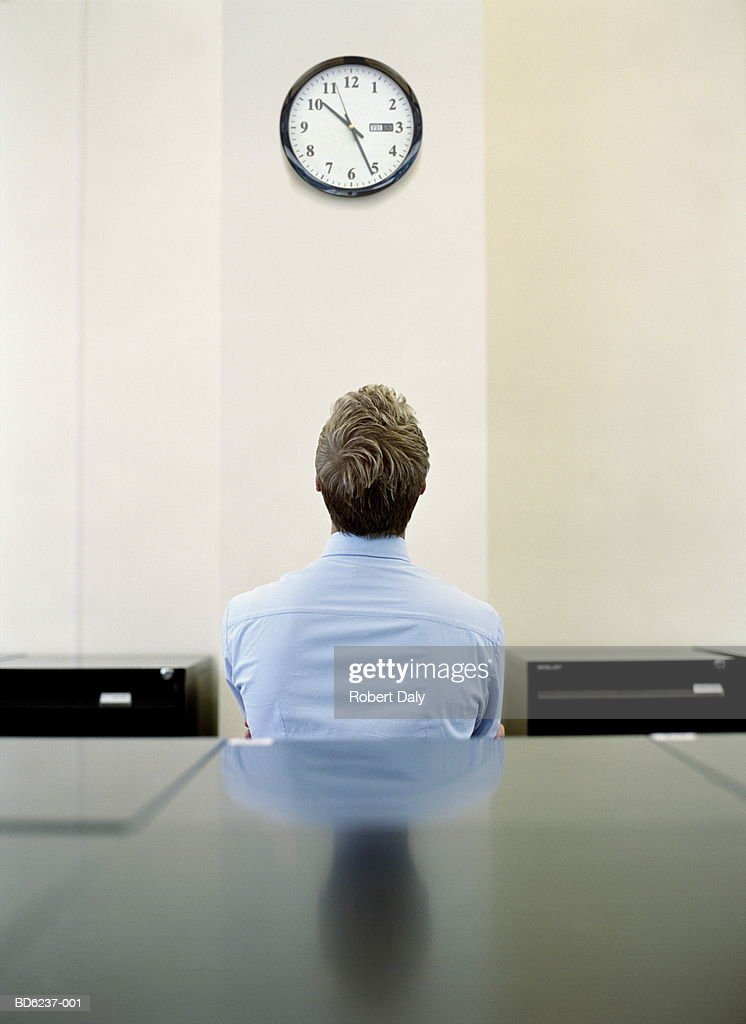 businessman looking at clock ストックフォト getty images
