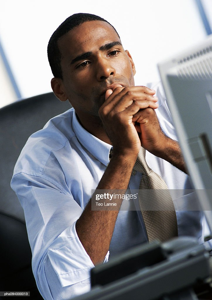 Businessman looking at computer : Stockfoto