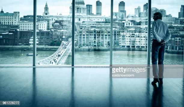 blick auf die skyline von london aus bürofenster geschäftsmann - generaldirektor oberes management stock-fotos und bilder
