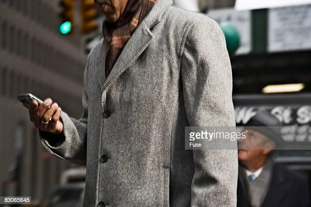 businessman looking at pda - ニューヨーク郡 ストックフォトと画像