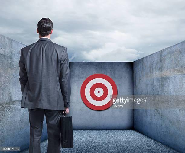 Empresario observando a objetivo