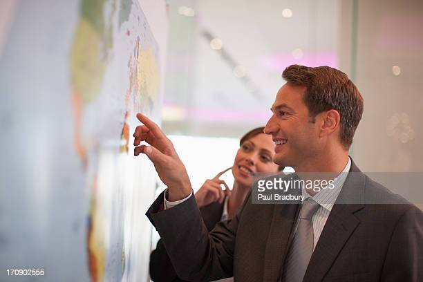 empresário olhando no mapa-múndi - terceirização - fotografias e filmes do acervo