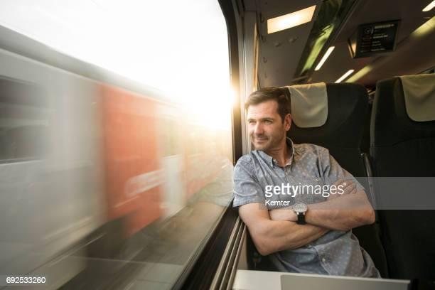 Geschäftsmann Blick aus Fenster während der Fahrt mit dem Zug
