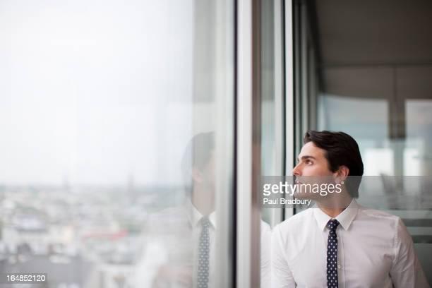 Geschäftsmann schaut Büro Fenster