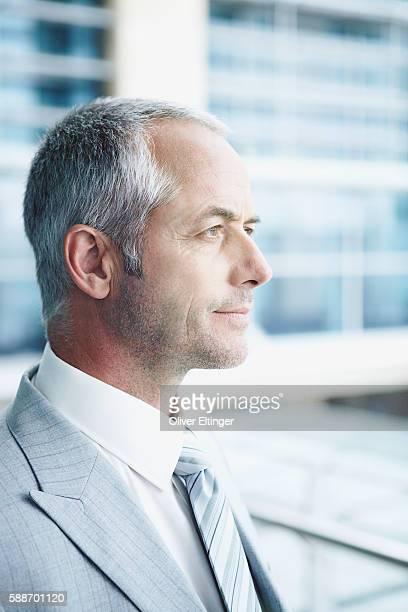 businessman looking out window - oliver eltinger stock-fotos und bilder
