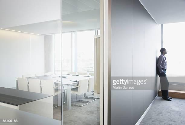 Geschäftsmann schaut Fenster