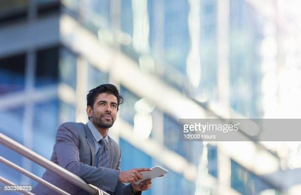 a businessman looking over the city thinking - garde corps photos et images de collection