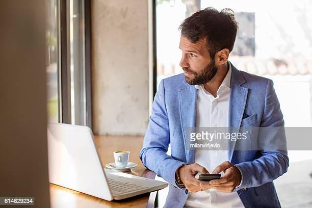 Hombre de negocios mirando a través de la ventana