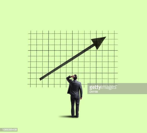 zakenman up kijken naar verbetering van de trend - bullmarkt stockfoto's en -beelden
