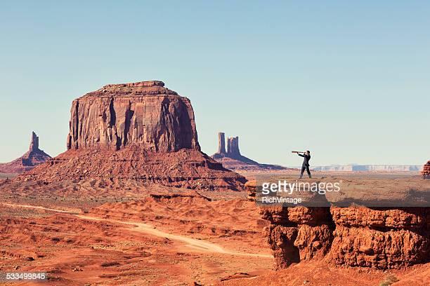 Geschäftsmann sucht in der Wüste